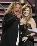 """<p>Robert Plant e Alison Krauss, que receberam o Grammy de álbum do ano por """"Raising Sand"""" na cerimônia de premiação em Los Angeles. 08/02/2009. REUTERS/Lucy Nicholson (EUA)</p>"""