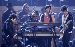 <p>The Jonas Brothers, Kevin (L), Joe (2nd R) and Nick (R) perform with Stevie Wonder (2nd L) at the 51st annual Grammy Awards in Los Angeles, February 8, 2009. REUTERS/Lucy Nicholson</p>