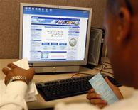 <p>Un utente davanti allo schermo di un computer. REUTERS/Lucy Nicholson (UNITED STATES)</p>
