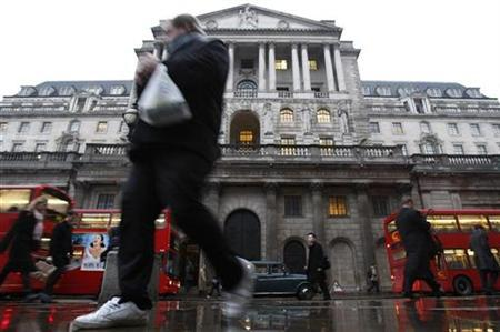 Pedestrians walk past the Bank of England in London February 5, 2009. REUTERS/Stephen Hird