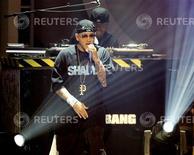 <p>Foto de archivo de la presentación del rapero Eminem durante los premios BET en Los Angeles, EEUU, 27 jun 2006. El trío de músicos de rap compuesto por Eminem, Dr. Dre y 50 Cent subirá el jueves 77 casillas, hasta el primer puesto de la lista de los 100 mejores sencillos, cuando la revista Billboard publique su ranking musical. REUTERS/Mario Anzuoni</p>