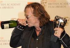 """<p>O ator Mickey Rourke comemorando o BAFTA de melhor ator por """"O Lutador"""" REUTERS/Toby Melville (BRITAIN)</p>"""
