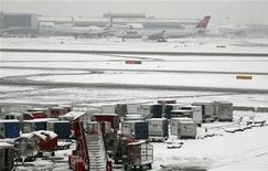 <p>Una immagine dell'aeroporto di Heathrow sotto la neve. REUTERS/Andrew Parsons</p>