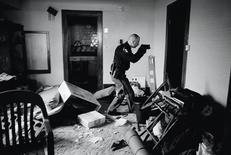 <p>Anthony Suau, un fotógrafo de la revista Time que trabaja en Estados Unidos, ganó el premio World Press Photo 2008 son esta imagen de un policía armado que inspecciona una casa en Estados Unidos desalojada por el impago de una hipoteca REUTERS/Anthony Suau/Time</p>