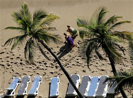 Two women walk along North Fort Lauderdale beach in Fort Lauderdale, Florida, November 3, 2007. REUTERS/Jim Young