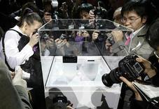 <p>Fotografi attorno a un nuovo modello di telefonino al Mobile World Congress di Barcellona. REUTERS/Gustau Nacarino (SPAIN)</p>