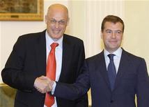 <p>Министр финансов США Генри Полсон приветствует президента РФ Дмитрия Медведева в Москве, 30 июня 2008 года Российские чиновники на фоне кризиса возродили тему присоединения к Всемирной торговой организации (ВТО) и теперь надеются на помощь новой администрации США в затянувшихся на 15 лет переговорах. REUTERS/Denis Sinyakov (RUSSIA)</p>
