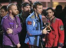 <p>Foto de archivo de los miembros del grupo rock Coldplay tras recibir su premio al mejor disco en los premios Grammy en Los Angeles, 8 feb 2009. El grupo de rock Coldplay y la cantante galesa Duffy, con cuatro nominaciones cada uno, lideran la lista de los BRIT 2009, los mayores premios a la música pop en Gran Bretaña. REUTERS/Lucy Nicholson</p>