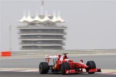 <p>Kimi Raikkonen, da Ferrari, durante treino da equipe no circuito de Sakhir, no Barein, nesta terça-feira. REUTERS/Hamad I Mohammed</p>