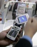 <p>Le fabricant chinois de téléphones portables ZTE prévoit une forte croissance en 2009 malgré le ralentissement du marché et vise à plus long terme une place dans le trio de tête mondial du secteur, a déclaré à Reuters l'un de ses dirigeants. /Photo d'archives/REUTERS/Gustau Nacarino</p>