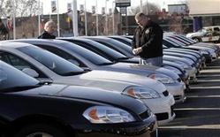 <p>Car salesman Ray Schaffer (L) shows a customer a 2009 Chevrolet Impala sedan at a dealership in Dearborn, Michigan December 29, 2008. REUTERS/Rebecca Cook</p>