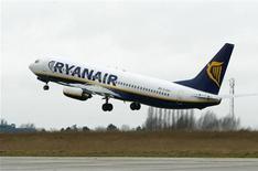 <p>Ryanair, la principale compagnie européenne à bas coûts, doit lancer jeudi un service permettant à ses passagers d'utiliser leur téléphone mobile en vol. /Photo d'archives/REUTERS/Yves Herman</p>