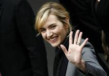 <p>Actress Kate Winslet waves as she arrives to address a news conference to promote the movie 'The Reader' of the 59th Berlinale film festival in Berlin February 6, 2009. REUTERS/Fabrizio Bensch</p>