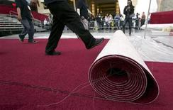 <p>A section of red carpet is rolled out in the arrivals area in front of the Kodak Theatre as preparations continue for the 81st Academy Awards in Hollywood, California February 18, 2009. REUTERS/Danny Moloshok</p>