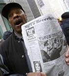 <p>Manifestante em NY segura jornal com charge que, segundo críticos, comparou o presidente Barack Obama a um chimpanzé. REUTERS/Brendan McDermid</p>