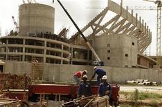 <p>Funcionários trabalham na obra do estádio Peter Mokaba, em Polokwane, em foto de 12 de fevereiro. O local receberá partidas da Copa do Mundo de 2010. REUTERS/Siphiwe Sibeko</p>