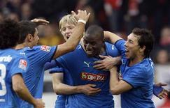 <p>Atacante Demba Ba celebra um de seus três gols no empate do Hoffenheim com o Stuttgart neste sábado pelo Campeonato Alemão. Com a vitória, o Hoffenheim voltou à liderança da competição. REUTERS/Thomas Bohlen (GERMANY SPORT SOCCER)</p>