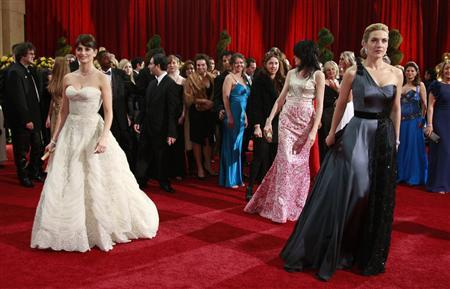 British actress Kate Winslet (R), best actress nominee for ''The Reader,'' and Spanish actress Penelope Cruz (L), best supporting actress nominee in ''Vicky Cristina Barcelona,'' pose on the red carpet at the 81st Academy Awards in Hollywood, California February 22, 2009. REUTERS/Jason Reed