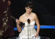"<p>Penelope Cruz holds the Oscar for best supporting actress for her role in ""Vicky Christina Barcelona"" during the 81st Academy Awards in Hollywood, California February 22, 2009. REUTERS/Gary Hershorn</p>"