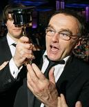 """<p>El director Danny Boyle del filme """"Slumdog Millionaire"""", observa su premio de la Academia al mejor director en Hollywood, EEUU, 22 feb 2009. REUTERS/Lucas Jackson</p>"""