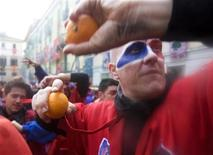<p>Participants launch oranges at rival teams during an annual Carnival battle in the northern Italian town of Ivrea February 22, 2009. REUTERS/Chris Helgren</p>