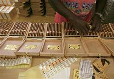 <p>Рабочий сигарной фабрики H. Upmann завершает процесс упаковки сигар в Гаване 28 февраля 2007 года. Объем продаж кубинских сигар, считающихся лучшими в мире, сократился в 2008 году на 3 процента до $390 миллионов на фоне мирового финансового кризиса и повсеместного принятия антитабачных законов, что отразилось на спросе, сообщил вице-президент дистрибьютора сигар Habanos S.A. Мануэль Гарсия. REUTERS/Claudia Daut</p>