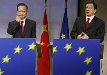 <p>Премьер-министр Китая Вэнь Цзябао (слева) и председатель Еврокомиссии Жозе Мануэл Баррозу выступают на совместной пресс-конференции в Брюсселе 30 января 2009 года. Руководители Китая и Евросоюза проведут саммит в мае в Праге, сообщила в среду официальная китайская газета China Daily со ссылкой на посла Чехии в Китае Витеслава Грепла. REUTERS/Thierry Roge</p>