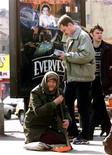 <p>Пожилая женщина просит подаяние в Москве 9 апреля 2000 года. Число россиян, которым кризис грозит скорой потерей работы, достигло полумиллиона, а количество уволенных за последние три с половиной месяца превысило 180.000 человек, следует из доклада Минздравсоцразвития РФ. REUTERS/Viktor Korotayev</p>