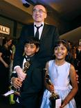 """<p>Режиссер Дэнни Бойл и актеры Азхаруддин Мохаммед Исмаил (слева) и Рубина Али позируют перед фотографами со статуэтками """"Оскар"""" в руках в Голливуде, Калифорния 22 февраля 2009 года. Индийские власти решили подарить квартиры малолетним актерам, сыгравшим главных героев в """"Миллионере из трущоб"""", после того, как фильм получил восемь """"Оскаров"""". REUTERS/Lucas Jackson</p>"""