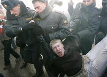 <p>Милиция задерживает участника акции протеста в Москве 31 января 2009 года. США вновь обвинили в нарушении прав человека Россию и Китай - спустя неделю после того, как глава Госдепа Хиллари Клинтон в ходе визита в Пекин попыталась смягчить тон в этой дискуссии. REUTERS/Sergei Karpukhin</p>