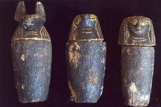 <p>Foto de los vasos canopos encontrados por arqueólogos japoneses en la necrópolis de Sakkara, Egipto, 26 feb 2009. Arqueólogos japoneses que se encontraban trabajando en Egipto hallaron cuatro sarcófagos de madera junto con elementos funerarios que podrían datar de hasta 3.300 años atrás, informó el jueves el Gobierno local. REUTERS/Handout</p>