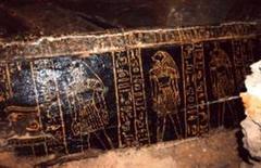 <p>Sarcófago de madeira encontrado por arqueólogos japoneses no Egito, na necrópolis de Sakkara, que pode ter 3.300 anos, segundo o governo egípcio. 26/02/2009 REUTERS/Divulgação</p>