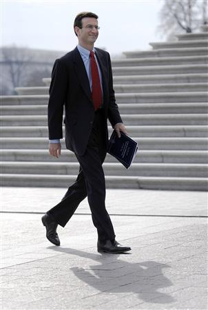 US Office of Management and Budget Director Peter Orszag (L) delivers the Fiscal Year 2010 Federal Budget to congressional leaders at the Capitol in Washington, February 26, 2009. REUTERS/Jonathan Ernst