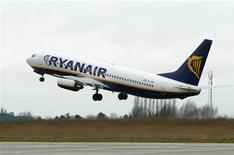 """<p>Самолет Ryanair вылетает из бельгийского аэропорта """"Шарлеруа"""" 2 февраля 2004 года. Ирландская авиакомпания Ryanair, которая является крупнейшим в Европе бюджетным авиаперевозчиком, может начать взимать с пассажиров плату за пользование туалетами на борту самолета, заявил в пятницу гендиректор Майкл O'Лири. REUTERS/Yves Herman/Files</p>"""