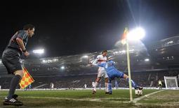 <p>Mario Gomez, do Stuttgart, disputa a bola com Ivica Krizana, do Zenit, observado pelo assistente Keith Sorbie em jogo da Copa da Uefa, na quinta-feira. REUTERS/Kai Pfaffenbach</p>
