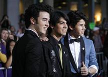 """<p>Foto de archivo: (de izquierda a derecha) Kevin Jonas, Joe Jonas y Nick Jonas posan durante la función de preestreno de """"Jonas Brothers: The 3D Concert Experience"""" en Hollywood, California, 24 feb 2009. REUTERS/Mario Anzuoni (UNITED STATES)</p>"""