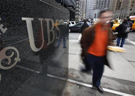 People walk past the UBS building on Park Avenue in New York February 19, 2009. REUTERS/Chip East
