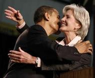 <p>Кандидат от демократов Барак Обама целует губернатора штата Канзас Кэтлин Сибелиус после того, как та поддержала его во время турне в Эльдорадо, где родилась бабушка будущего главы государства по материнской линии, 29 января 2008 года. Президент США Барак Обама в понедельник номинирует губернатора штата Канзас Кэтлин Сибелиус на пост министра здравоохранения, сообщил в субботу источник в официальных кругах. REUTERS/Jason Reed</p>