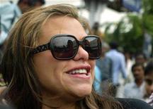 """<p>Imagen de archivo de Jade Goody, ex participante de un programa de """"reality"""" de Gran Bretaña, mientras habla con la prensa en Mumbai, 15 ago 2008. La estrella de un """"reality"""" de televisión británico que sufre una enfermedad terminal Jade Goody fue trasladada a un hospital luego de que su condición empeorara. Goody, quién se casó con un ex convicto, Jack Tweed, en una ceremonia televisada el mes pasado, fue llevada al hospital Royal Marsden en Londres luego de quejarse de agudos dolores estomacales, informó un periódico el lunes. REUTERS/Punit Paranjpe (INDIA)</p>"""
