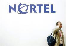 <p>Homem fala ao celular diante de painel da Nortel na GSMA Mobile World Congress em Barcelona. A maior fabricante de equipamentos de telecomunicações da América do Norte divulgou prejuízo de 2,14 bilhões de dólares nos três meses encerrados em 31 de dezembro. No mesmo período do ano anterior, a empresa teve prejuízo de 844 milhões de dólares.</p>