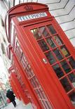 <p>Foto de archivo de un teléfono público en Londres, 13 nov 2008. Dios está recibiendo llamadas. El artista holandés Johan van der Dong creó un número de teléfono local en los Países Bajos, donde urge a la gente a dejar mensajes para Dios en su contestador automático. REUTERS/Toby Melville</p>