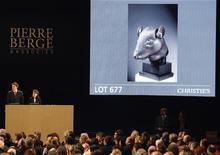 <p>Escultura chinesa leiloada na semana passada em Paris, de coleção de arte do falecido estilista Yves Saint Laurent. Cao Mingchao, o comprador, disse que não pagará pelas obras adquiridas por ele. REUTERS/Regis Duvignau</p>