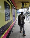 <p>Foto de archivo de un hombre pasando frente a una tienda de teléfonos móviles en Nairobi, 31 jul 2008. Dos tercios de las suscripciones de teléfonos móviles en el mundo se dan en los países en vías de desarrollo y la tasa de crecimiento más alta está en Africa, donde una cuarta parte de la población cuenta con celulares, indicó un organismo de las Naciones Unidas. REUTERS/Antony Njuguna (KENIA)</p>
