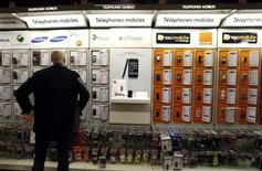<p>Cellulari, Gartner: 17 milioni in meno in scorte 4° trimestre. REUTERS/Eric Gaillard</p>