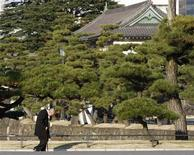 <p>An elderly man walks at the Imperial Palace in Tokyo December 3, 2008. REUTERS/Toru Hanai</p>