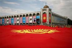 """<p>Огромный флаг Киргизии на одной из площадей Бишкека 31 августа 2006 года. В центре Бишкека во вторник вечером неизвестные жестоко избили и ранили ножом обозревателя независимой газеты """"Репортер-Бишкек"""", сообщил Рейтер главный редактор издания Турат Акимов. REUTERS/Vladimir Pirogov</p>"""