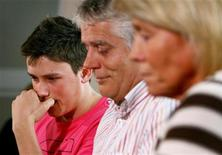 <p>(L-R) Jamie, Colin and Sally Knox attend a news conference after their son and brother Rob Knox was fatally stabbed in Sidcup in London May 25, 2008. REUTERS/Gareth Fuller/PA Wire/Pool</p>