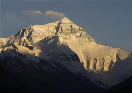 Wind blows snow off the summit of the world's highest mountain Mount Everest, also known as Qomolangma, in the Tibet Autonomous Region May 5, 2008. REUTERS/David Gray