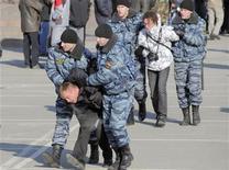 <p>Сотрудники милиции задерживают участников акции протеста во Владивостоке 21 декабря 2008 года. Недовольство россиян снижением уровня жизни быстро нарастает, свидетельствуют данные Левада-центра: почти четверть жителей страны готовы выйти на улицы, чтобы публично выразить свой протест. REUTERS/Yuri Maltsev</p>