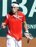 <p>David Ferrer comemora após marcar ponto durante partida contra o sérvio Novak Djokovic. O tenista espanhol derrotou adversário e colocou a Espanha à frente na Copa Davis. REUTERS/Sergio Perez</p>